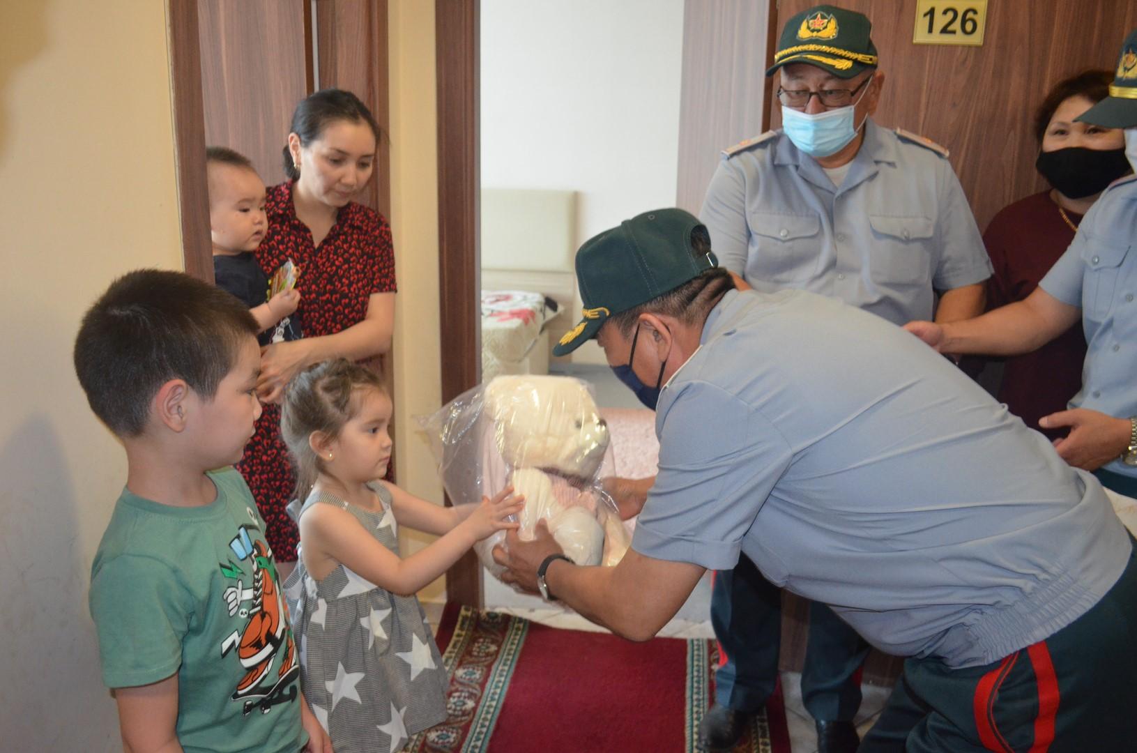 Начальник университета поздравил детей  с Международным днем защиты детей